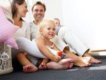 Счастливая семья усмехаясь с младенцами Стоковое Изображение