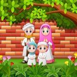 Счастливая семья шаржа празднует eid mubarak с предпосылкой кирпичной стены иллюстрация вектора