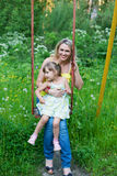Счастливая семья outdoors будет матерью и ягнится, ребенок, дочь усмехаясь p Стоковое фото RF