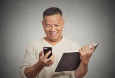 Счастливая середина постарела новости человека читая смешные на умном телефоне Стоковое Изображение