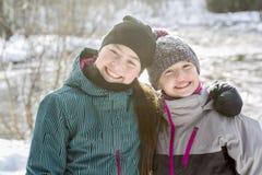 Счастливая сестра детей на снеге в зиме Стоковая Фотография