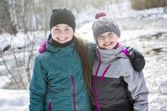 Счастливая сестра детей на снеге в зиме Стоковые Фотографии RF