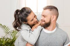 Счастливая склонность женщины на усмехаясь человеке, паре смотря один другого Стоковые Фото
