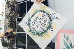 Счастливая смертная казнь через повешение поздравительной открытки дня матерей на борту Стоковое Изображение