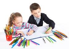Счастливая смешная притяжка детей Мальчик и девушка рисуют карандаши lego руки творческих способностей принципиальной схемы здани Стоковое Изображение