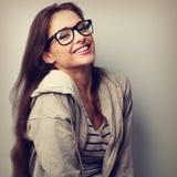 Счастливая смеясь над вскользь женщина в eyeglasses Винтажное portr крупного плана стоковые фотографии rf