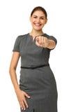 Счастливая средняя взрослая коммерсантка указывая на вас Стоковые Фото