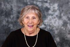 Счастливая старшая женщина с жемчугами Стоковые Фото