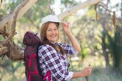 Счастливая старшая женщина с рюкзаком и ручкой Стоковое Фото