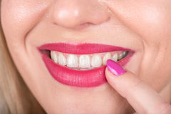 Счастливая сторона женщины улыбки с открытым ртом и красный ноготь губной помады и заполированности на губе любознательно Фотосес Стоковое Изображение