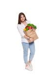 Счастливая сумка владением женщины с здоровой едой, изолированным покупателем бакалеи Стоковые Изображения RF