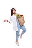 Счастливая сумка владением женщины с здоровой едой, изолированным покупателем бакалеи Стоковые Изображения