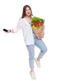 Счастливая сумка владением женщины с здоровой едой, изолированным покупателем бакалеи Стоковое Изображение RF