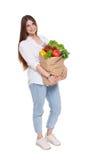 Счастливая сумка владением женщины с здоровой едой, изолированным покупателем бакалеи Стоковое Фото