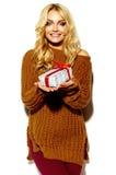Счастливая сладостная милая усмехаясь белокурая женщина в вскользь одеждах Стоковое Фото
