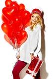 Счастливая сладостная милая усмехаясь белокурая женщина в стильных одеждах Стоковое Изображение RF