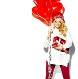 Счастливая сладостная милая усмехаясь белокурая женщина в стильных одеждах Стоковые Фото