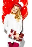 Счастливая сладостная милая усмехаясь белокурая женщина в стильных одеждах Стоковое фото RF