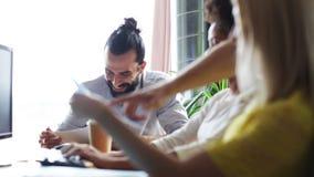 Счастливая творческая команда с бумагами говоря в офисе видеоматериал
