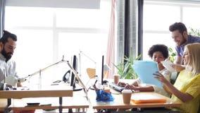 Счастливая творческая команда с компьютерами в офисе акции видеоматериалы