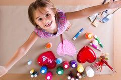 Счастливая творческая маленькая девочка с ее красками Стоковое Фото