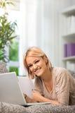 Счастливая тетрадь пользы девушки дома Стоковая Фотография