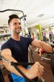 Счастливая тренировка человека в спортзале стоковое изображение