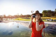 Счастливая туристская женщина с камерой стоковые фотографии rf