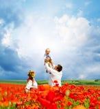 Счастливая украинская семья на поле стоковое изображение
