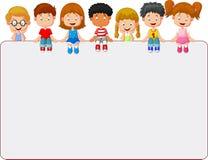 Счастливая усмехаясь группа в составе шарж детей показывая пустую доску плаката иллюстрация вектора