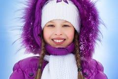 Счастливая усмехаясь девушка в одеждах зимы Стоковая Фотография