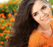 Счастливая усмехаясь девушка. Красивая девушка брюнет. Здоровые длинные волосы. Стоковые Изображения RF