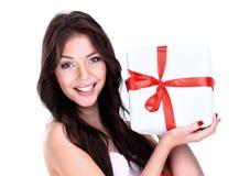 Счастливая усмехаясь девушка показывая подарок стоковое изображение