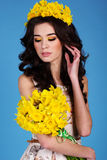 Счастливая усмехаясь девушка с желтыми цветками Стоковые Фото