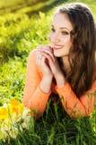 Счастливая усмехаясь девушка с желтым цветом цветет daffodils Стоковое Изображение