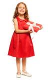 Счастливая усмехаясь девушка с подарком на день рождения Стоковые Фотографии RF