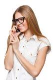 Счастливая усмехаясь женщина говоря на мобильном телефоне на белизне Стоковые Фото