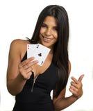 Счастливая усмехаясь женщина держа тузы выигрывая руку стоковые фото