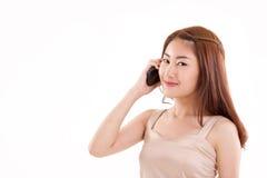 счастливая, усмехаясь женщина при рука держа ее мобильный телефон Стоковое фото RF