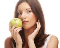 Счастливая усмехаясь женщина при яблоко, изолированное на белизне Стоковая Фотография RF
