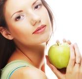 Счастливая усмехаясь женщина при яблоко, изолированное на белизне Стоковые Изображения RF