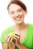 Счастливая усмехаясь женщина с коктеилем яблока и солом Стоковые Фотографии RF