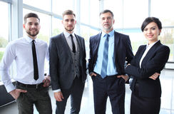 Счастливая усмехаясь команда дела в офисе стоковые фотографии rf