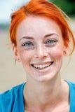 Счастливая усмехаясь красивая молодая женщина redhead Стоковые Изображения RF