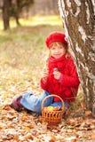 Счастливая усмехаясь маленькая девочка с грибами стоковая фотография
