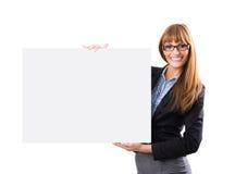 Счастливая усмехаясь молодая бизнес-леди показывая пустой шильдик стоковое изображение rf