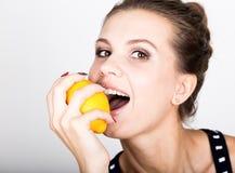 Счастливая усмехаясь молодая женщина держа свежие сочные лимоны Здоровая еда, фрукты и овощи Стоковые Фото