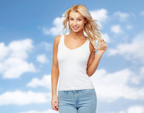 Счастливая усмехаясь молодая женщина над голубым небом Стоковое Изображение RF