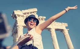 Счастливая усмехаясь молодая женщина принимает фото selfie на античных визированиях Стоковое Изображение RF