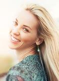 Счастливая усмехаясь молодая женщина с ветром в волосы Стоковые Изображения RF